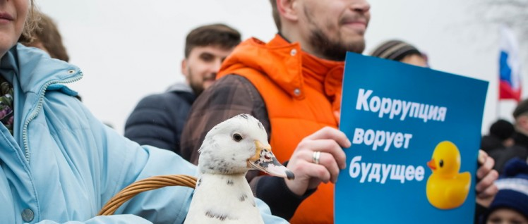"""Korruption klaut Zukunft"" – Demonstration gegen Korruption in St. Petersburg (Foto: [url=https://www.flickr.com/photos/fsadykov/33512987552] Farhad Sadykov[/url])"