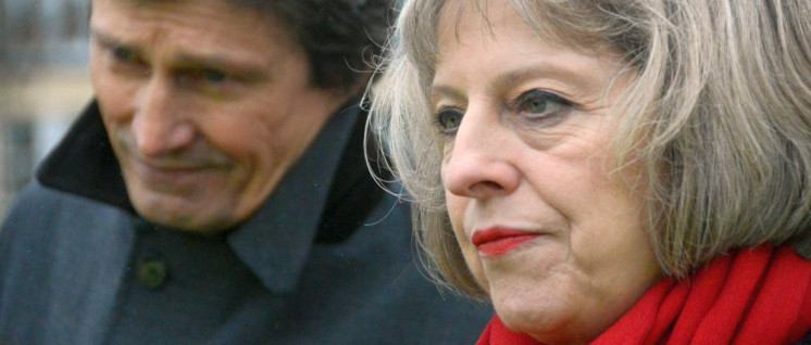 Theresa May: Innenpolitisch angegriffen, schlägt sie außenpolitisch um sich. (Foto: [url=https://www.flickr.com/photos/surreynews/15929477752]Surrey County Council News[/url])