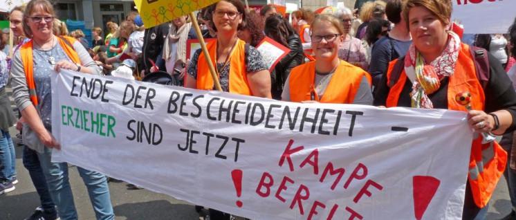 """""""Mehr Große für die Kleinen"""" - Demo in Düsseldorf (Foto: Uwe Koopmann)"""