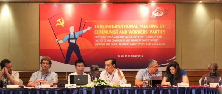 Das Podium des 18. IMCWP; in der Mitte als Versammlungsleiter Genosse Tran Dac Loi, Vizevorsitzender der Kommission für internationale Beziehungen bei der KP Vietnams. (Foto: Manfred Idler)