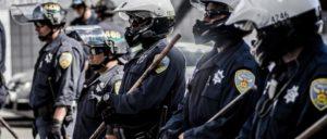 """Polizei in San Franzisko während einer Demonstration der Bewegung """"Black Lives Matter"""" (Foto: Michele Ursino/CC BY-SA 2.0/www.flickr.com/photos/micurs/28203682615)"""