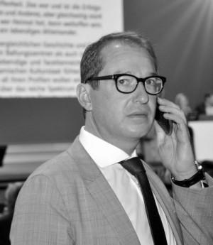 Dobrindt: Mit der AfD steht mittlerweile ''eine Oppositionspartei in den Startlöchern, die Dobrindts Stichworte erfreut aufgreifen und ihn bei nächster Gelegenheit an diese erinnern wird, um die Regierung vor sich her zu treiben– weiter nach rechts.''