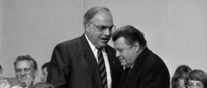 Der Generalsekretär und seine Herren und Meister (Foto: [url=https://de.m.wikipedia.org/wiki/Datei:Bundesarchiv_B_145_Bild-F078527-0019,_Wiesbaden,_CDU-Bundesparteitag,_Kohl,_Strau%C3%9F.jpg]Lothar Schaack/ Bundesarchiv[/url])