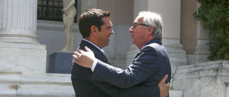 Der verlorene Sohn ist heimgekehrt: Ministerpräsident Alexis Tsipras in inniger Umarmung mit dem Präsident der Europäischen Kommission, Jean-Claude Juncker. (Foto: European Union, 2016)