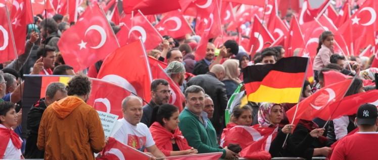 Türkische Fahnen auf der Kundgebung für Erdogan im Juli 2016 in Köln-Deutz. (Foto: [url=https://www.flickr.com/photos/andreastrojak/28573217572] Andreas Trojak[/url])
