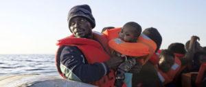 """Das Sterben geht weiter: Letztes Wochenende sind im Mittelmeer erneut Flüchtlinge ums Leben gekommen. Vor der tunesischen Küste starben mindestens 48 Menschen, als ihr Boot sank. Die Antwort der neuen italienischen Regierung: """"Schickt sie nach Hause"""". (Foto: sea-eye.org)"""