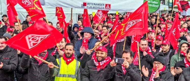 Warnstreikauftakt am 4.Januar bei Porsche: Rund 2 500 Arbeiter sind kampfbereit (Foto: Martin Storz)