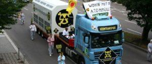 """""""Wohin mit dem Atommüll?"""", fragten Aktivisten 2009 in Stuttgart. Klar ist nur, dass nicht die Konzerne, sondern der Staat für die Lagerung bezahlen wird. (Foto: Foto: K. Andrews, Robin Wood/flickr.com/CC BY 2.0)"""