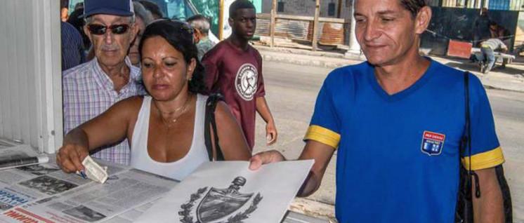 Der Text des Verfassungsentwurfs wurde massenhaft unter der kubanischen Bevölkerung verbreitet. (Foto: Dunia Álvarez Palacios/Granma)