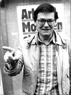 """Hannes Stütz, Kabarettist, Liedermacher, Autor. Von ihm stammt unter anderem das bekannteste Ostermarschlied """"Unser Marsch ist eine gute Sache"""".  In den 70er- und 80er-Jahren hatte er großen Anteil an der erfolgreichen Kulturarbeit der DKP."""