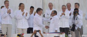 Handschlag zwischen dem kolumbianischen Präsidenten Juan Manuel Santos (li.) und FARC-Anführer Timoleón Jiménez (Foto: Presidencia El Salvador)