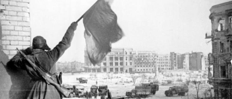 Über dem zentralen Platz in Stalingrad weht die sowjetische Fahne– die Rote Armee hat gesiegt (Ende Januar, Anfang Februar 1943) (Foto: [url=https://commons.wikimedia.org/wiki/File:Bundesarchiv_Bild_183-W0506-316,_Russland,_Kampf_um_Stalingrad,_Siegesflagge.jpg]Bundesarchiv_Bild_183-W0506-316/Wikimedia Commons[/url])