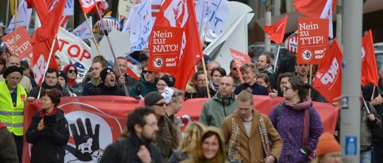 "Im ""emotionalen Kampagnenmodus"" gefangen: DKP bei der Demonstration gegen TTIP am 23.April in Hannover. (Foto: Lars Mörking)"
