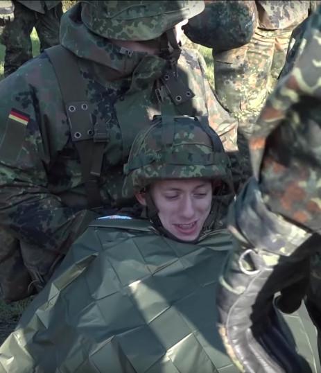 """Noch ganz lustig: Auf Youtube zeigt die Bundeswehr, wie """"Die Rekruten"""" die Versorgung verwundeter Kameraden üben."""