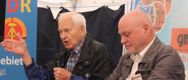 Hans Modrow (l.), hier auf dem UZ-Pressefest 2016, wurde vom Bundesnachrichtendienst bespitzelt. (Foto: DDR-Kabinett Bochum)