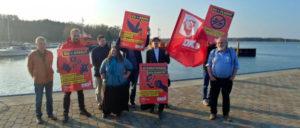 Spaziergang mit Plakaten und Fahnen durch den Hafen von Barhöft (Foto: DKP MV)