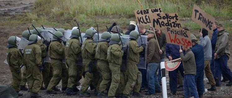 Feldjäger der Bundeswehr üben das Zurückdrängen von Protestierenden (Foto: DSILÜ 2012C_3231 / CC BY 2.0)