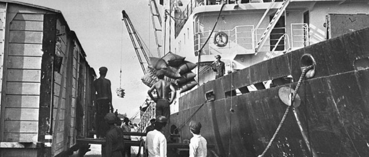 Sowjetische Hilfslieferung nach Ende des Pol-Pot-Regimes (5. November 1979) (Foto: [url=https://commons.wikimedia.org/wiki/File:Soviet_ship_brings_humanitarian_help_to_Cambodia_1979.jpg]Croes, Rob C. / Anefo[/url])