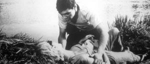 """Für das """"Wunder"""" Christine (dargestellt von Traudl Kulikowsky) verwandelt sich der halbstarke Rowdy Egon (Gunter Schoß) in einen schüchternen Verliebten."""