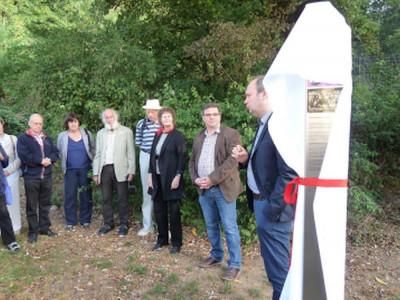 Der Historiker Dr.Peter Henkel (rechts) umreißt die Geschichte der Migration und erinnert dabei auch an die angeworbenen Glasbläser aus Russland.