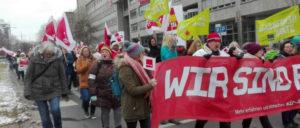 Nach der Streikversammlung beteiligten sich zahlreiche Kolleginnen und Kollegen an einer Demonstration in Stuttgart (Foto: Christa Hourani)