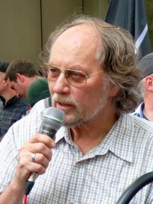 Uwe Koopmann engagiert sich in der DKP Düsseldorf und kämpft unter anderem gemeinsam mit der Gewerkschaft Erziehung und Wissenschaft (GEW) gegen Berufsverbote.