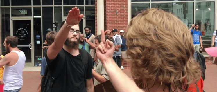 Ein Rassist provoziert mit dem Hitlergruß. (Charlottesville, 12. August 2017) (Foto: [url=https://br.m.wikipedia.org/wiki/Restr:Nazi_Salute_(36543229556).png]Evan Nesterak/wikipedia.commons[/url])