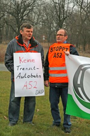 Manfred Plümpe (links) bei einer Aktion gegen den Ausbau der A 52 durch Bottrop
