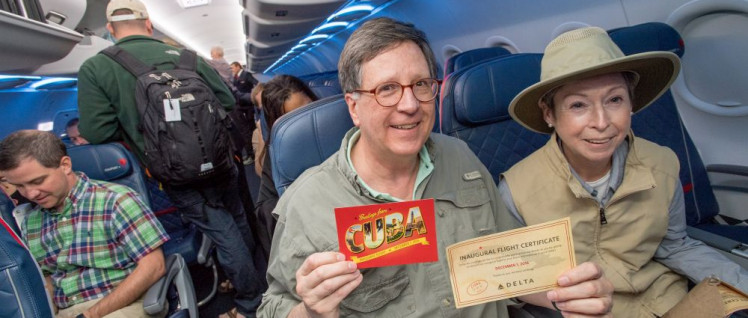 Passagiere des ersten Delta-Flugs nach Kuba nach 55 Jahren. Seit letzter Woche würden die Passagiere sich strafbar machen. (Foto: [url=https://www.flickr.com/photos/deltanewshub/30538792354]Delta News Hub[/url])