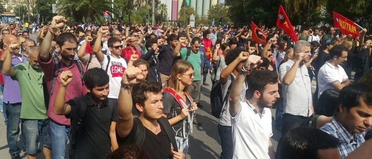 Schweigeminute für die Opfer des Anschlages von Ankara am Dienstag am Bahnhof von Izmir. Überall in der Türkei fanden in den vergangenen Tagen Trauermärsche für die Opfer und Proteste gegen die Regierung statt. (Foto: Sol News Portal)