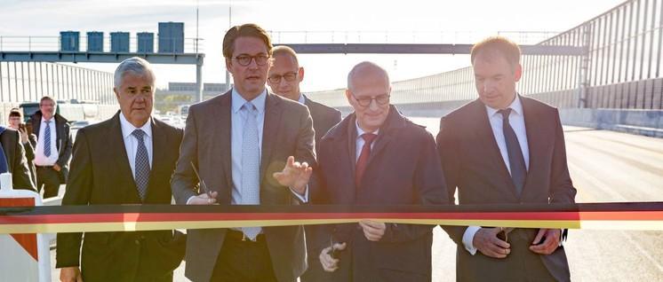 Aus guten Tagen: Verkehrsminister Andreas Scheuer (CSU, Mitte) eröffnet ein Autobahnteilstück.                          (Foto: BMVI)