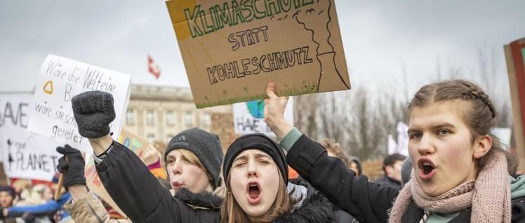 Sie wollten das Klima retten, jetzt rettet die Bundesregierung den Extraprofit.                          (Foto: Joerg Farys / FridaysForFuture Deutschland / flickr.com / CC BY 2.0)