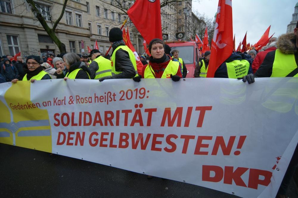 """Erinnern für heute: """"Gedenken an Karl & Rosa heißt 2019: Solidarität mit den Gelbwesten""""– Transparent an der Spitze des DKP-Blockes."""
