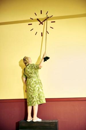 """""""Für Widerstand ist es nie zu spät."""" Anna Polke dreht an der Uhr."""