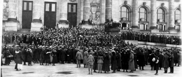 Ansprache eines Mitglieds des Arbeiter- und Soldatenrats am Berliner Reichstag, November 1918 (Foto: Bundesarchiv, Bild 146-1972-038-34 / CC-BY-SA)
