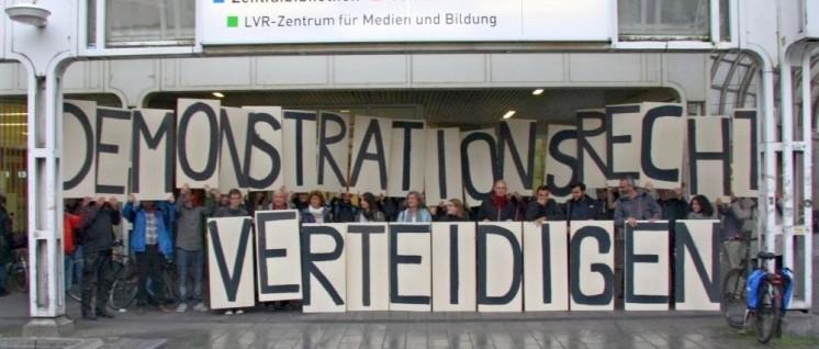 Teilnehmerinnen und Teilnehmer machten vor dem Tagungsgebäude in Düsseldorf deutlich, worauf es ihnen ankommt und welche Befürchtungen sie haben (Foto: Herbert Schedlbauer)