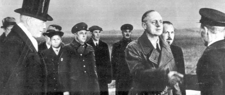 Der Außenminister Nazideutschlands, Ribbentrop, am Flughafen in Moskau am 30. März