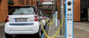 Um die E-Autos in wenigen Minuten zu laden, muss der Bedarf für 100 Einfamilienhäuser in kurzer Zeit aus dem Kabel kommen. (Foto: [url=https://de.m.wikipedia.org/wiki/Datei:Berlin_-_Potsdamer_Platz_-_E-Mobility-Charging.jpg]Avda[/url])