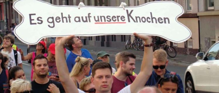 Einen Zwischenschritt erkämpft: Streikende der Unikliniken bei einer Demonstration in Düsseldorf am 23. August. (Foto: Olaf Matthes)