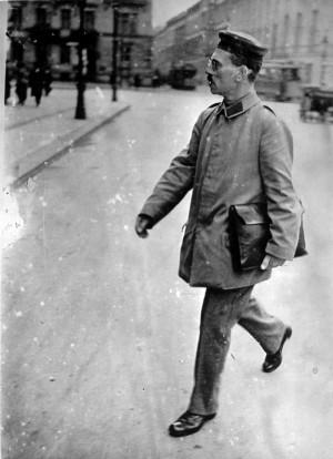 Ein Abgeordneter in Uniform: Die Militärbehörden hatten Karl Liebknecht eingezogen, um ihn beim Kampf gegen den Krieg zu behindern– ohne Erfolg.
