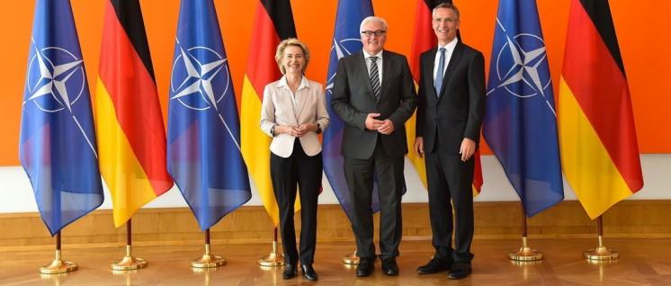 Gemeinsamer Aufrüstungswille: NATO-Generalsekretär Jens Stoltenberg (rechts) bei einem Besuch in Deutschland 2015 mit Frank-Walter Steinmeier und Ursula von der Leyen, den deutschen Ministern für Äußeres und Verteidigung  (Foto: Nato)