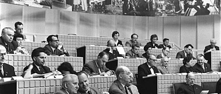 Auf der 2. Bitterfelder Konferenz am 24. April 1964 im Kulturpalast des Elektrochemischen Kombinats in Bitterfeld. In der ersten Reihe Willi Bredel, Otto Gotsche, Alexander Abusch, Erwin Strittmatter und Walter Ulbricht (v. l. n. r.). (Foto: Bundesarchiv)