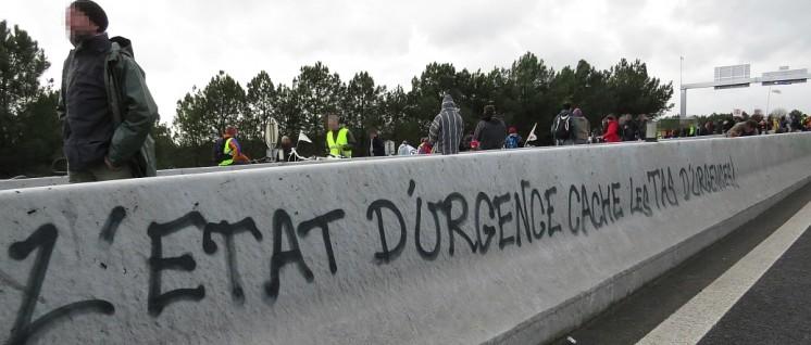 """""""Der Notstand verbirgt einen Haufen von Notfällen"""" – und die französischen Gewerkschaften lassen sich weder von Terrorangst noch von Repressionen davon abhalten, für die Rechte der Beschäftigten zu kämpfen. (Foto: laetitiablabla / flickr.com / CC BY-NC-ND 2.0)"""
