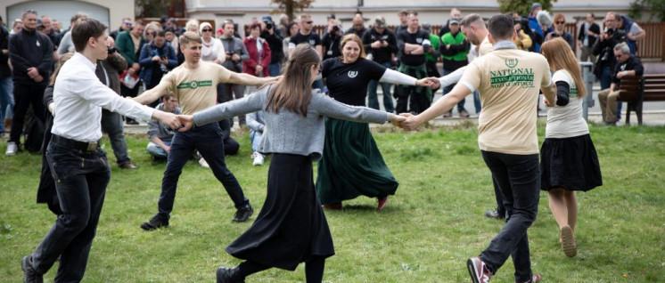 Der III. Weg vereint im völkischen Ringelreihn (Foto: Jüdisches Forum für Demokratie und gegen Antisemitismus e.V.)