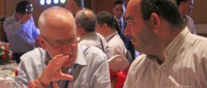 Die Treffen der kommunistischen und Arbeiterparteien dienen dem Austausch von Erfahrungen und Standpunkten – hier Carolus Wimmer (KP Venezuelas) und Angelo Alves (Portugiesische KP) im Gespräch. (Foto: Manfred Idler)
