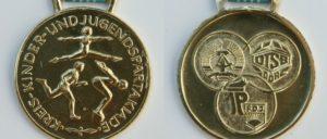 Medaillenregen für den Breitensport: Gold bei der Kreisspartakiade in der DDR (Foto: https://commons.wikimedia.org/wiki/File:Kreisspartakiade_DDR_Goldmedaille_1988.jpg)
