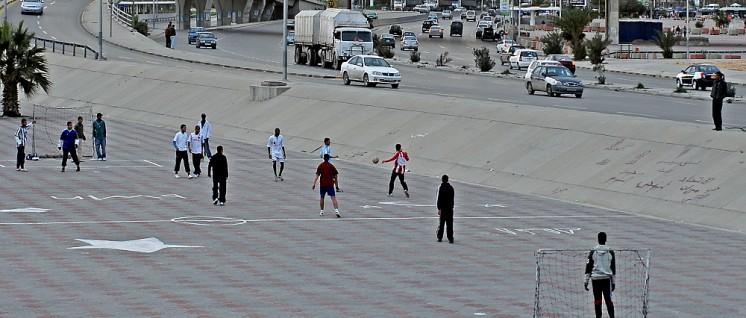 Plätze für Straßenfußball wie hier in Tripolis sind in Libyen üblich, gerade nahe der Autobahn und an Überführungen. (Foto: [url=https://commons.wikimedia.org/wiki/File:Tripoli_Libya_Flyover.jpg]paveita[/url])