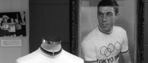 Das Olympiatrikot von Patrick Sercu im belgischen Nationaal Wielermuseum. Sercu wurde 1964 auf der Radrennbahn von Izu Olympiasieger im 1000-m-Zeitfahren. (Foto: Nicola, wikicommons, CC BY-SA 3.0)