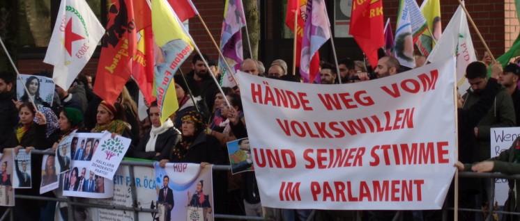 Protest in Deutschland: hier am 3. 11. in Essen vor dem türkischen Generalkonsulat (Foto: Olaf Matthes)