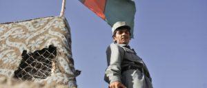Richtet nur wenig aus, wenn kein NATO-Ausbilder hinter ihm steht: Afghanischer Polizist in Lashkar, Provinz Helmand. (Foto: Defence Images/flickr.com/CC BY-NC 2.0)